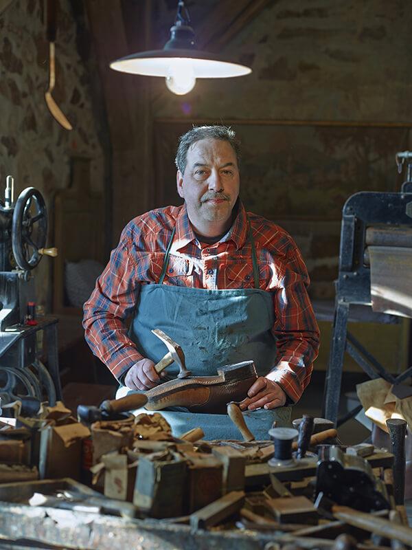 Schuhmachermeister Rocco Eichler bei der Schuhreparatur